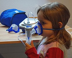 Kind mit Inhalator